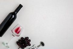 Надземный angled взгляд большой бутылки красного вина, выпивая стекла на белой предпосылке Стоковые Фото