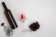 Надземный angled взгляд большой бутылки красного вина, выпивая стекла на белой предпосылке Стоковые Фотографии RF