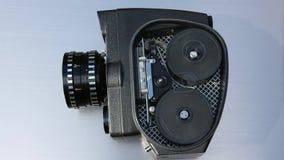 Надзирает работу старого киносъемочного аппарата через тело сток-видео