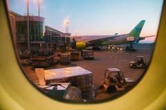 На зоре, взгляд международного аэропорта Инчхона от окна самолета в Инчхоне, Корее Стоковые Изображения