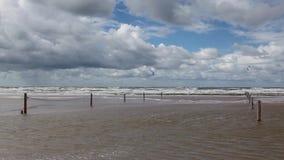 На изумительном пляже Lakolk после проливного дождя акции видеоматериалы