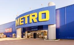 Наличные деньги МЕТРО & носят магазин самары стоковые фото