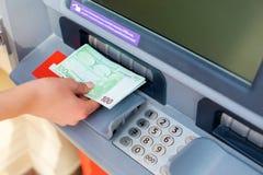 Наличных денег деньги вне на ATM Стоковое Фото