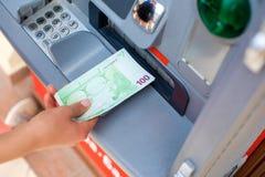 Наличных денег деньги вне на ATM Стоковые Фото