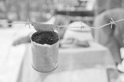На колючей проволоке банка сигнала, черно-белой Стоковая Фотография