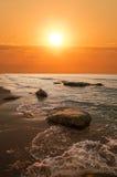 над красивейшим заходом солнца моря Стоковые Изображения
