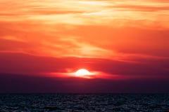 над красивейшим заходом солнца моря Стоковое фото RF
