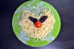 На красивой вилке, зажаренные в духовке сваренные спагетти Стоковые Изображения RF