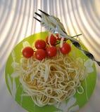 На красивой вилке, зажаренные в духовке сваренные спагетти Стоковое Изображение