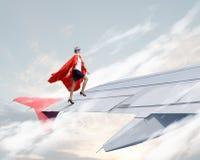 На крыле самолета летания стоковые фотографии rf