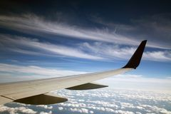 над крылом перемещения облаков Боинга воздуха Стоковое Фото