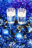 Над кубками взгляда в голубых шариках и сусали Xmas Стоковое фото RF