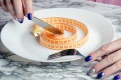 На ленте пустой плиты измеряя Концепция потери веса Стоковое Изображение