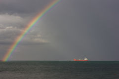 над морем радуги Лучи ` s солнца освещают корабль Стоковая Фотография RF