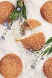 На мраморной белой таблице, песочных круглых печеньях, одном сломленном и a Стоковая Фотография RF