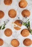 На мраморной белой таблице, песочных круглых печеньях, одном сломленном и a Стоковые Изображения RF