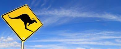 над небом дорожного знака панорамы Стоковое Изображение