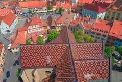 над небом sibiu крыш Румынии пасмурного расстояния города зданий атмосферы драматическим средневековым самомоднейшим некоторые шп Стоковые Изображения RF