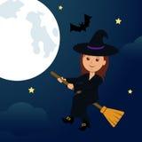 На ноче, летание ведьмы полнолуния на венике Стоковое Изображение RF