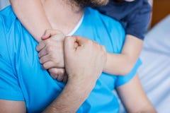 На обнимать больных отца, папы и сына в больнице Стоковая Фотография RF