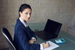 Налоги бухгалтера расчетливые в офисе стоковая фотография