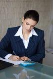 Налоги бухгалтера расчетливые в офисе Стоковые Изображения RF