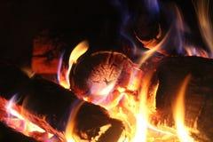 На огне - круглых журналах конца стоковая фотография rf
