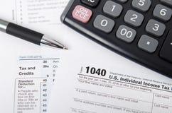 Налоговая форма 1040 США с ручкой и калькулятором Стоковая Фотография RF
