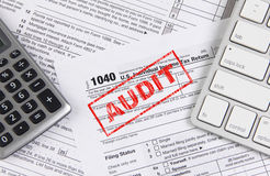 Налоговая форма федерального налога 1040 с клавиатурой и калькулятором Стоковое Изображение RF