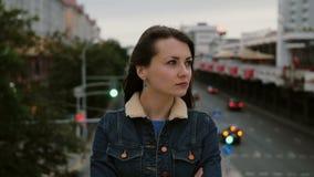 Надоеданная девушка стоя на мосте выражает ее неудовлетворенность, эмоции фрустрации отрицательные и взгляды на камере 4K видеоматериал