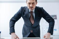 Надоеданный выражать бизнесмена свирепый в офисе Стоковая Фотография RF