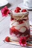Надоите десерт с свежими полениками крупным планом и цветками Стоковое Изображение RF