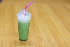 надоите зеленый чай в пластичной траве на таблице, очень вкусное thi Стоковое Изображение RF
