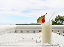 Надоите коктеиль кокоса на таблице на кафе пляжа Стоковые Фотографии RF