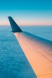 над окном взгляда океана земли мухы самолета Увиденный окном красивый восход солнца захода солнца Стоковое Изображение RF