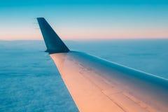 над окном взгляда океана земли мухы самолета Увиденный окном красивый восход солнца захода солнца Стоковые Фото