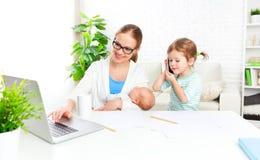 Надомные труды матери дела через интернет с их ребенком Стоковое Изображение