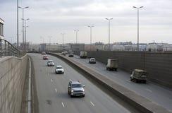 На дороге, на мосте, ехать автомобили, город, здания в th Стоковая Фотография