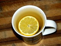 На доске чашка чаю и лимон Стоковая Фотография RF
