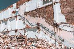На открытом воздухе взгляд дома во время процесса демонтажа стоковые фото