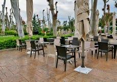 На открытом воздухе кафе в середине улицы в Европе стоковые фото