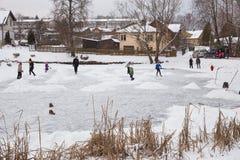 На открытом воздухе лед hokey, игроки и замороженный пруд Фото 2018 перемещения стоковые изображения