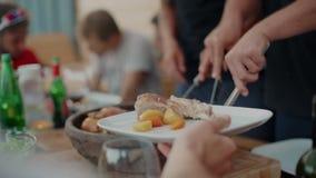 На открытом воздухе обедающий на еде и доле подачи террасы сток-видео