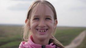 На открытом воздухе портрет милой усмехаясь маленькой девочки сток-видео