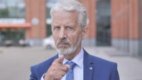 На открытом воздухе портрет старого бизнесмена отвергая предложение акции видеоматериалы