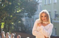На открытом воздухе портрет чудесной модели нося стильное обмундирование представляя на улице с естественным светом солнца Пустой стоковые фотографии rf