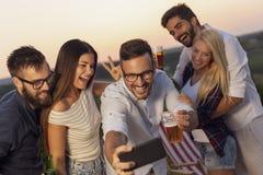 На открытом воздухе selfie партии летнего времени стоковое изображение rf