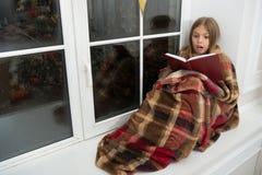 На очень веселые праздники Книжка с картинками детей Маленькая девочка наслаждается прочитать рассказ рождества Меньший ребенок п стоковая фотография rf