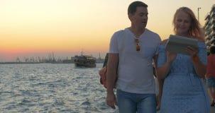 На парах захода солнца молодых идя на набережную в Thessaloniki, Греция сток-видео