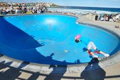 На парке конька около Сиднея, пляж Bondi с маленькой девочкой показывает искусство скейтборда Стоковое Изображение RF